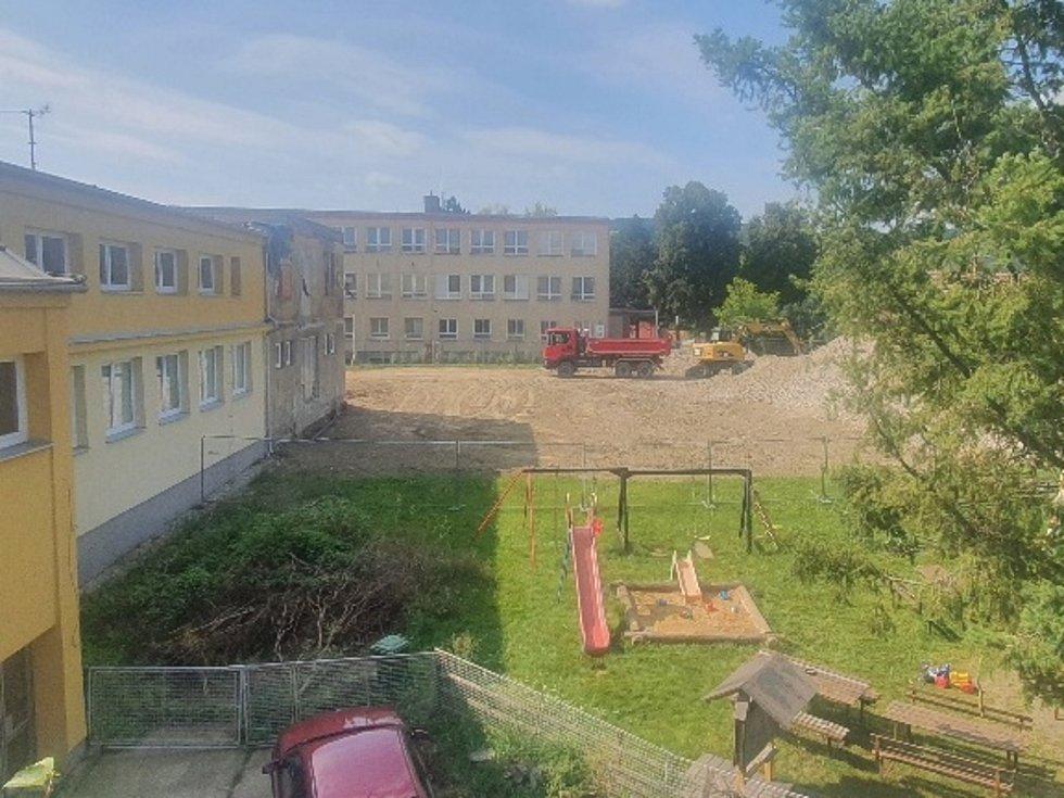 Nedokončené kino ve Ždánicích a jeho demolice.