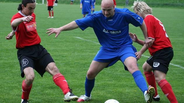 Veselský útočník Kehm (v modrém) se prodírá miroslavskou obranou.