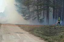 Požár podél trati likviduje hned na třech místech na Hodonínsku na sedmnáct jednotek hasičů.
