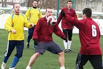 Útočník Starého Poddvorova Radek Homola (uprostřed) kryje míč před dotírajícím protihráčem.