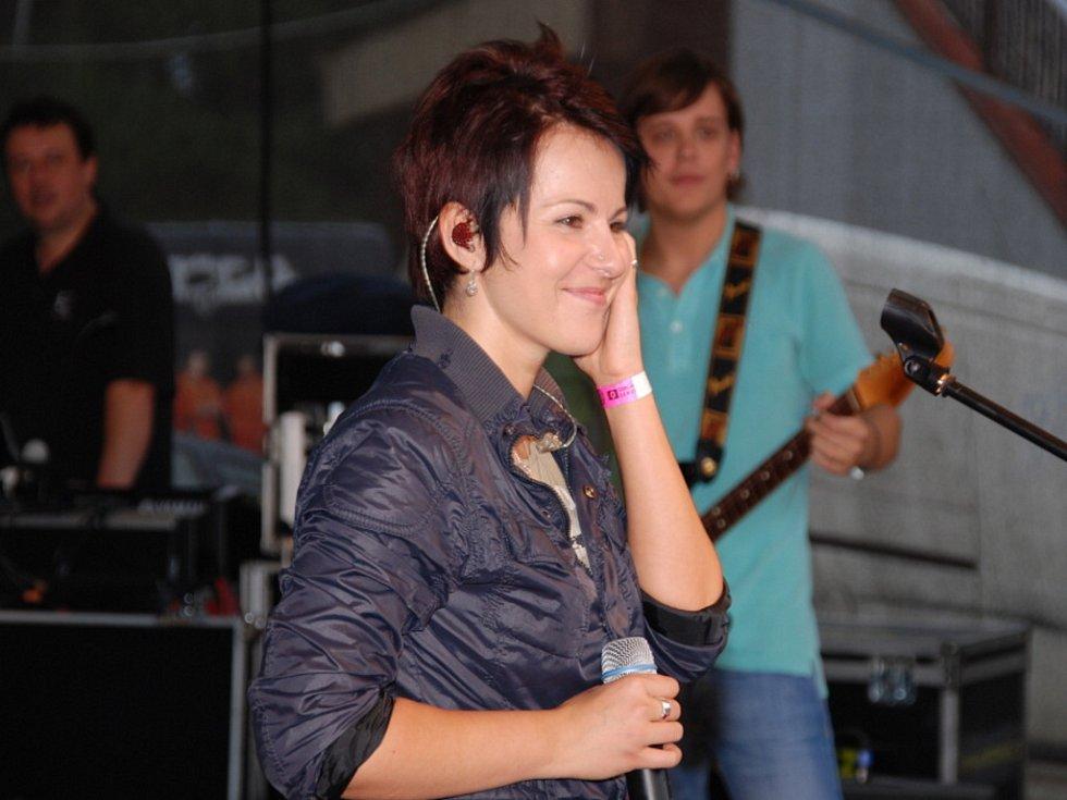 Katarina Knechtová s kapelou na strážnickém Rockfestu