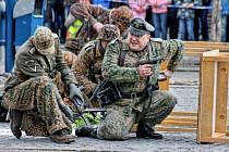 Na sto nadšenců pro historii a vojenství sehrálo bitvu o kyjovské náměstí a radnici. Diváci mohli obdivovat také techniku, mezi níž byla děla, těžké kulomety, obrněné vozy či motorka.
