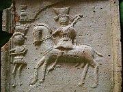 Nález keramických kachlů pod podlahou kyjovského zámečku.