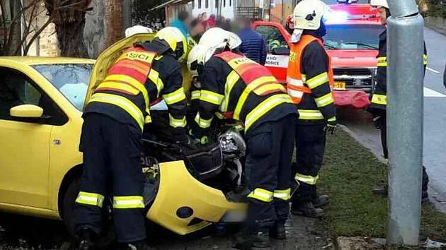 Řidička ve škodovce nabourala do sloupu pouličního osvětlení.