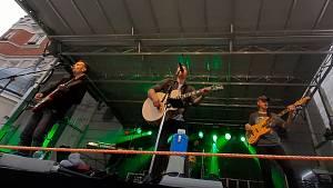 Koncert zpěváka Petra Bendeho s kapelou.