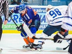 Hodonínský útočník Petr Peš (na snímku v modrém) je druhým nejstarším hráčem Drtičů v letošní sezoně.