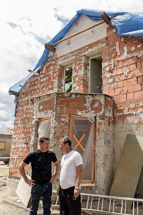 Karel Komárek v diskusi s jedním ze zaměstnanců jeho společnosti MND postiženým tornádem.