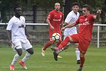 Fotbalisté Hodonína (v bílých dresech) nestačili na Lanžhot, diviznímu nováčkovi podlehli 0:3.