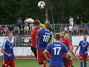 Fotbalisté Hodonína (v červených dresech) prohráli ve 4. kole Fortuna ligy s Valašským Meziříčím 1:4. Hosté páteční předehrávku rozhodli čtyřmi brankami ve druhém poločase.