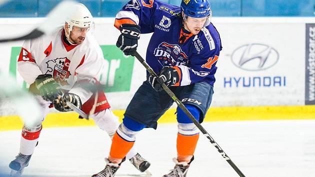 Hodonínští hokejisté druhé čtvrtfinále s Opavou nezvládli. Ve Slezsku ztratili vedení 2:0 a po divoké přestřelce nakonec prohráli 4:5.