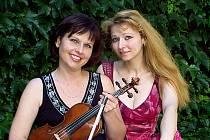Houslistka Ivana Tomášková a klavíristka Renata Ardaševová.