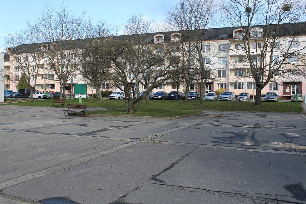Současná podoba okolí obchodního centra Rozmarýnek v Hodoníně.