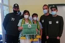 Zástupci hokejbalového oddílu SK Sudoměřice darovali šek na 18 tisíc korun dětskému oddělení Nemocnice Kyjov.