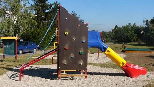 Město Strážnice předá dětem v pondělí 31. srpna do užívání dětské hřiště, které nákladem přibližně jednoho milionu korun vybudovalo na ulici T.Zrníka