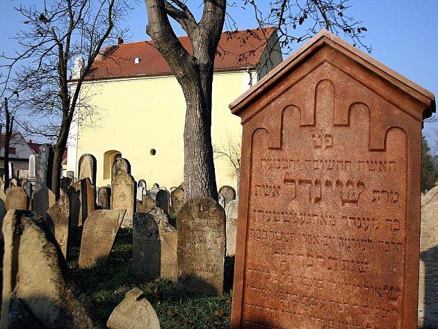 Na židovském hřbitově ve Strážnici opravili část náhrobků.