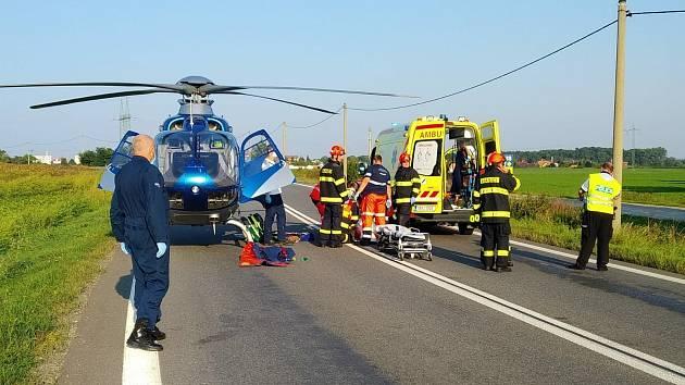 Hasiči, policisté i zdravotníci zasahují u vážné dopravní nehody nákladního a osobního auta na silnici I/55 mezi obcemi Strážnice a Vnorovy na Hodonínsku.