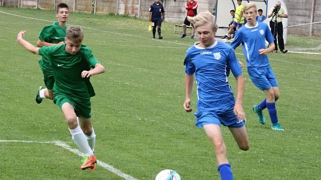 Starší žáci FC Veselí nad Moravou (v modrých dresech) skončili na domácím turnaji Maracana Cup třetí.