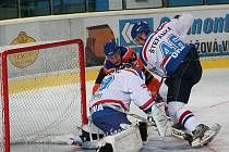 Hodonínský útočník Vaškovič se snaží překonat dobře chytajícího gólman Orlové Gleicha.
