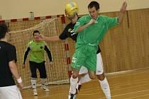 Hráč Euroromy Ota Duchoslav bojuje v hlavičkovém souboje o míč s hráčem Black Cats. Lídr soutěže vyhrál ve šlágru 7. kola okresního přeboru 2:0.