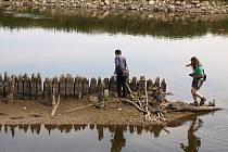 Kvůli extrémně nízké hladině řeky Moravy se objevily na pomezí Moravské Nové Vsi a Mikulčic záhadné dřevěné kůly. Podle archeologů se má jednat o pozůstatek zpevnění břehu a pravděpodobně i mostu z období osmnáctého či devatenáctého století.