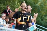 Hodonínští fotbalisté (v červených dresech) porazili v derby Břeclav 2:1 a bez ztráty bodu vládnou divizi D. Sobotní duel sledovalo na stadionu U Červených domků 485 diváků.