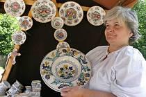 Alexandra Kaňovská vyrábí keramiku fajáns.