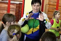 Dlouholetá trenérka a předsedkyně mládežnického veselského klubu Jitka Klimešová (na snímku) společně s dcerami Alžbětou a Kateřinou ukázala děvčatům z prvního stupně Základní školy v Hroznové Lhotě základy miniházené.