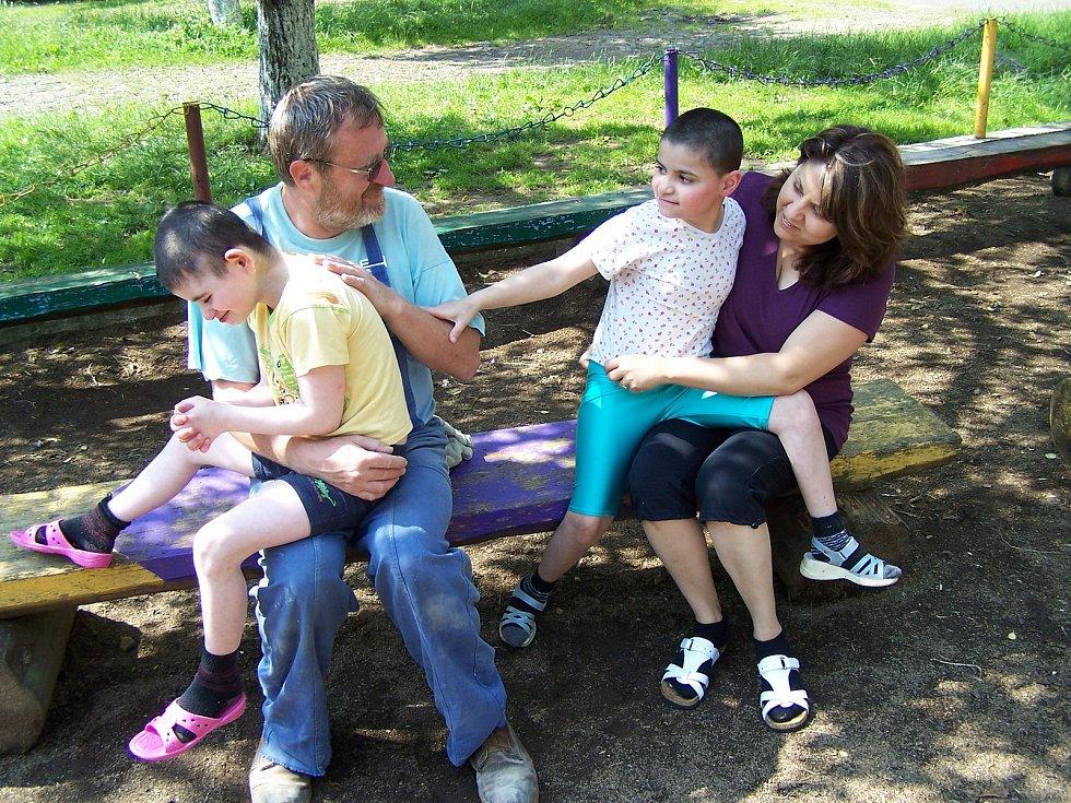 Lidé z kyjovské nadace Dětem z Vilšan změnili dětem z domova na Ukrajině život k lepšímu. Na snímku Stanislav Pokorný a Zuzana Bydžovská s dětmi.
