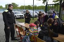 V nejlepších rukou by se ocitli zranění, kdyby jim pomoc poskytli žáci základní školy Dobrovolského v Lužicích a z Červených domků v Hodoníně. Postupují do krajského kola zdravotnické soutěže.