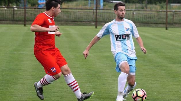 Fotbalisté FC Veselí nad Moravou ( v bílomodrých dresech) si v sobotním přípravném zápase bez problémů poradili s rezervou třetiligové Líšně 4:1.