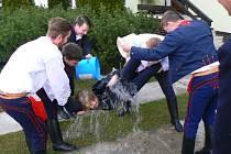 Chlapci ze Slováckého krúžku ve Svatobořicích Mistříně polévají na velikonoční pondělí děvčata vodou.