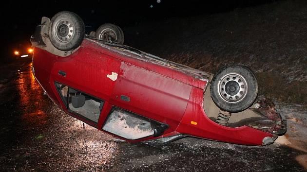 Řidič nepřizpůsobil stavu silnice jízdu a obrátil auto na střechu. Přivolaná policie zjistila přítomnost alkoholu v krvi.