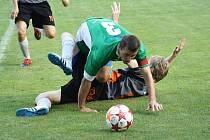 Bzenecký kapitán Richard Hrotek (v zeleném) svalil ve vlastním pokutovém území hostujícího útočníka Petra Lopraise. Hráči Vracova se však penalty dožadovali marně.