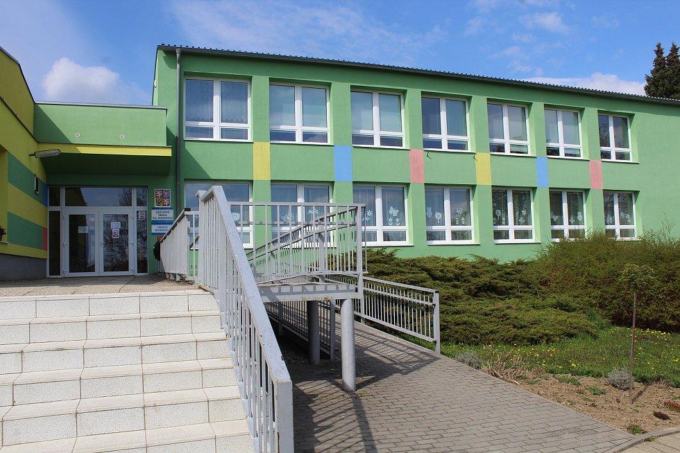 Základní škola v Čejkovicích.
