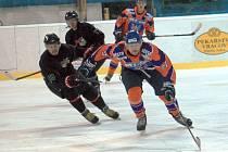 Hodonínský hokejista Zdeněk Kučera (vpravo) bojuje o puk s hráčem High1. Drtiči nakonec prohráli s nejlepší týmem Jižní Koreje 4:5.
