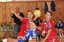 Házenkářky Veselí nad Moravou Drotárová (vlevo) a Tomečková přihlížejí střílející Czanikové.