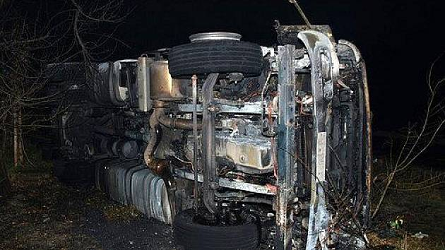 Ohořelý kamionu, který havaroval u obce Louka.