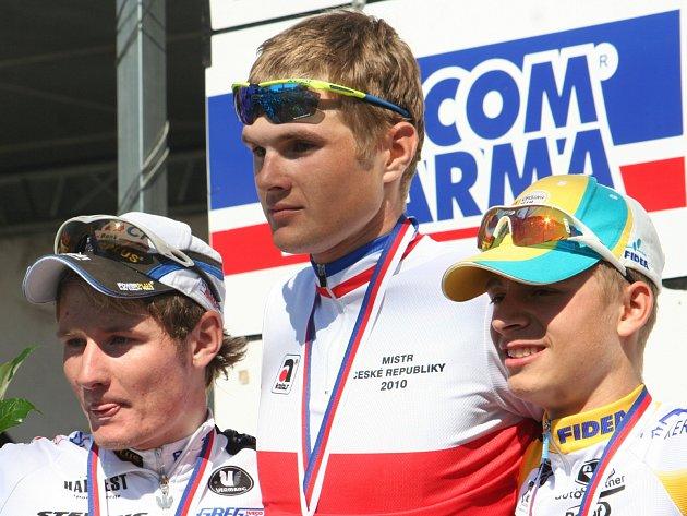 Ratíškovický závodník Jakub Kratochvíla (na snímku uprostřed) před šesti lety na mistrovství republiky triumfoval mezi jezdci do 23 let, letos pomáhá s organizací šampionátu, který se koná v Hodoníně a v Kyjově.