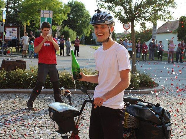 Přivítání cestovatele Pavla Novotného před čejkovickou radnici po návratu z Nordkappu.