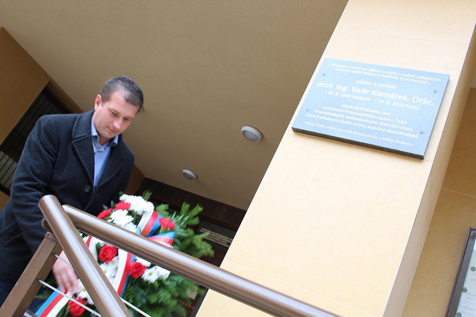 Odhalení pamětní desky Valtru Komárkovi v Hodoníně.