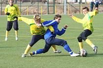 Mutěničtí (ve žlutém) odstartují v sobotu do fotbalového jara v jihomoravském derby se Znojmem.