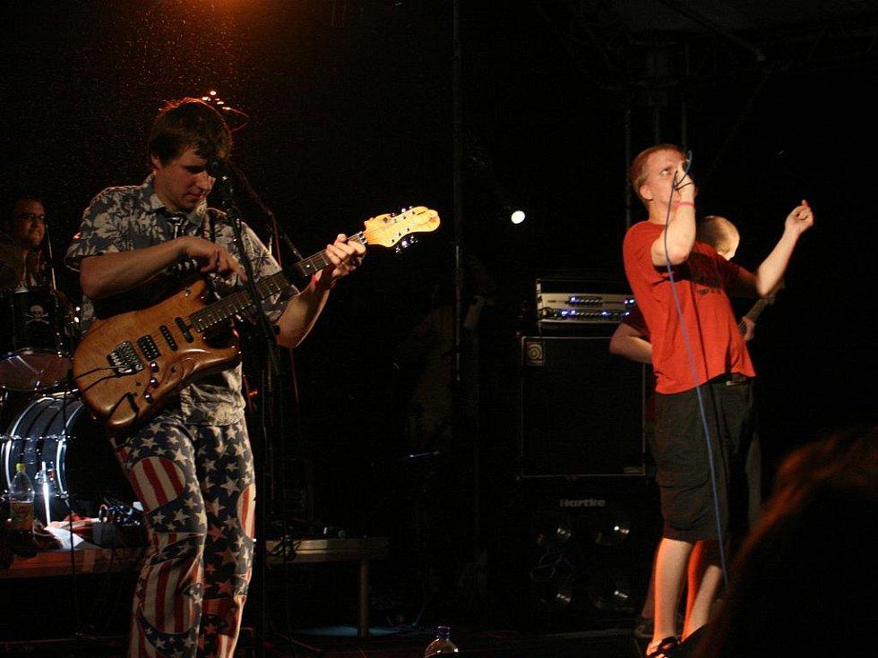 Kapela Neo Sound na strážnickém Rockfestu.