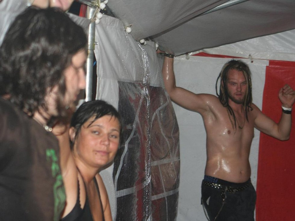 Při velké bouři zachraňovali návštěvníci strážnického Rockfestu stany.