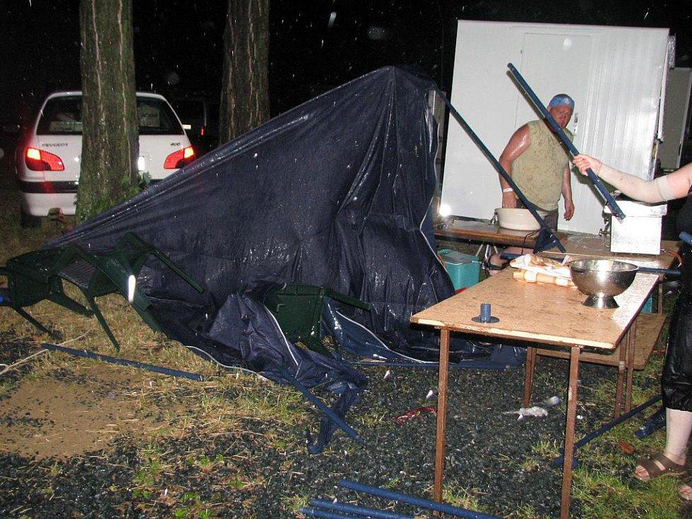 Při velké bouři zachraňovali lidé strážnického Rockfestu i stánky s občerstvením.