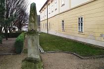 Současná pozice pylonu na dvoře Masarykova muzea.