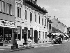 V sousedství benzínové pumpy byla v r. 1924 i autodoprava.
