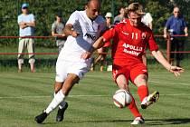 Fotbalisté Hodonína (v bílých dresech) zvítězili na hřišti Uherského Brodu 1:0. Sobotní duel rozhodl střídající Ondřej Paděra.
