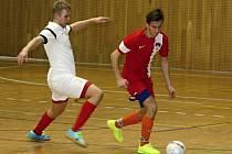 Sedmnáctiletý futsalista David Šebesta (v červeném dresu) se při své premiéře mezi muži blýskl výborným výkonem a dvěma góly.