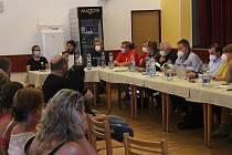 Setkání obyvatel tornádem postižených obcí v kulturním domě v Mikulčicích na pozvání jihomoravského hejtmana Jana Grolicha.