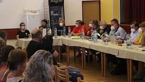 Setkání obyvatel tornádem postižených obcí v kulturním domě v Mikulčicích